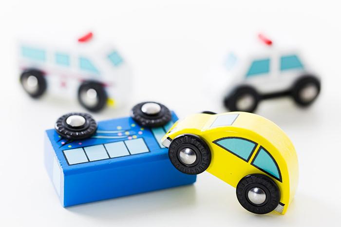 衝突している車2台と救急車とパトカーの小さな模型