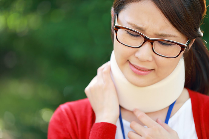 首をケガしている女性