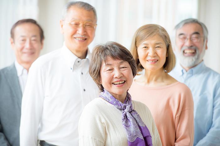 高齢の女性2人と男性3人が笑っている